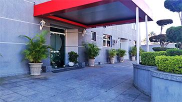 Foto da entrada do hotel.